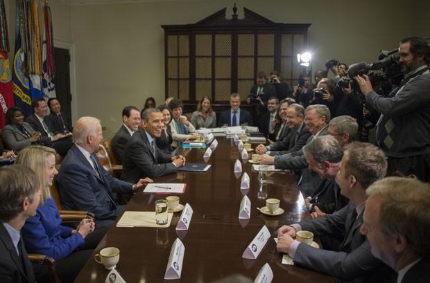 Presidente dos EUA, Barack Obama, e o vice-presidente, Joe Biden, se reúnem com executivos de empresas líderes de tecnologia nesta terça (17) (Foto: Jim Watson/ AFP)