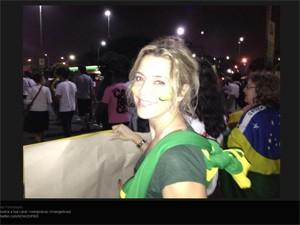 Atriz Christine Fernandes participa de manifestação no Rio, nesta quinta (Foto: Reprodução/Twitter)