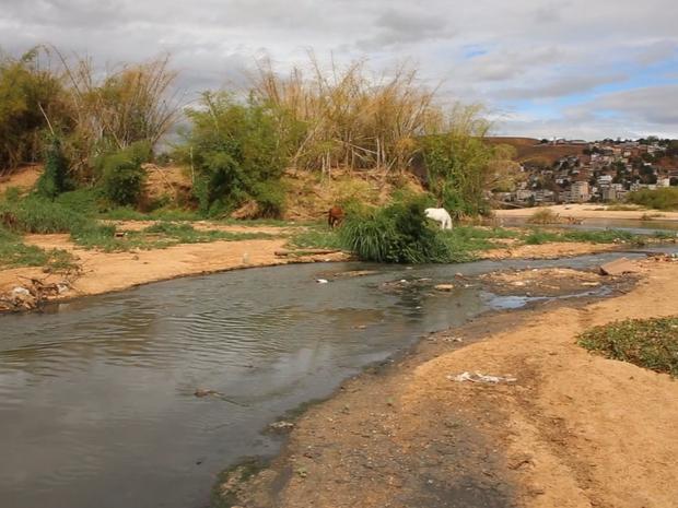 Poluição é encontrada em pontos do Rio Doce, em Colatina (Foto: Reprodução/ TV Gazeta)