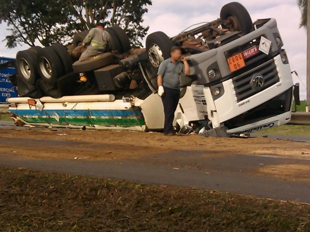 Internauta que passava pelo local registrou o acidente (Foto: Dorival de Almeida Paulino / VC no G1)