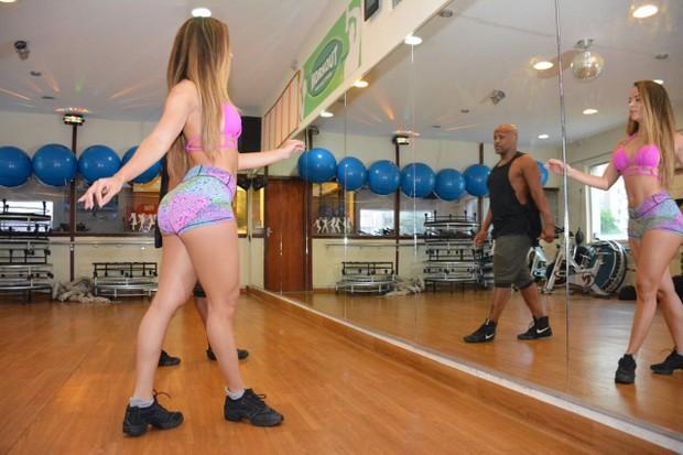 Denise Dias investe em aula de Samba com Carlinhos do Salgueiro (Foto: Rodrigo Mesquita / Divulgação )