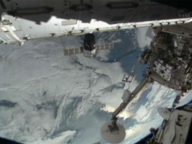 Imagem de uma das câmeras da Estação Espacial Internacional mostra o módulo da Soyuz TMA-06M acoplado à ISS (Foto: Reprodução/Nasa)
