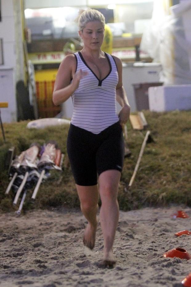 Samara Felippo se exercita na praia (Foto: Marcos Ferreira / photo rio news)