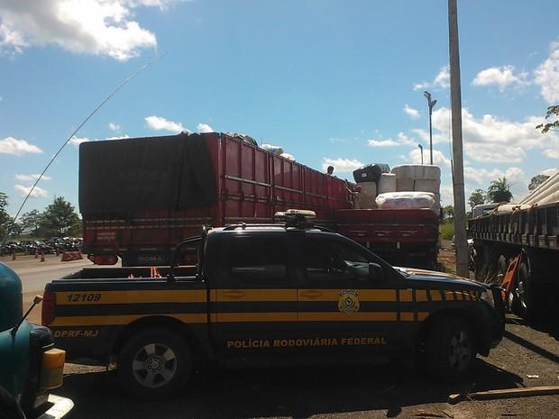 Carga apreendida precisou ser transferida para outros dois caminhões (Foto: PRF Tocantins/Divulgação)
