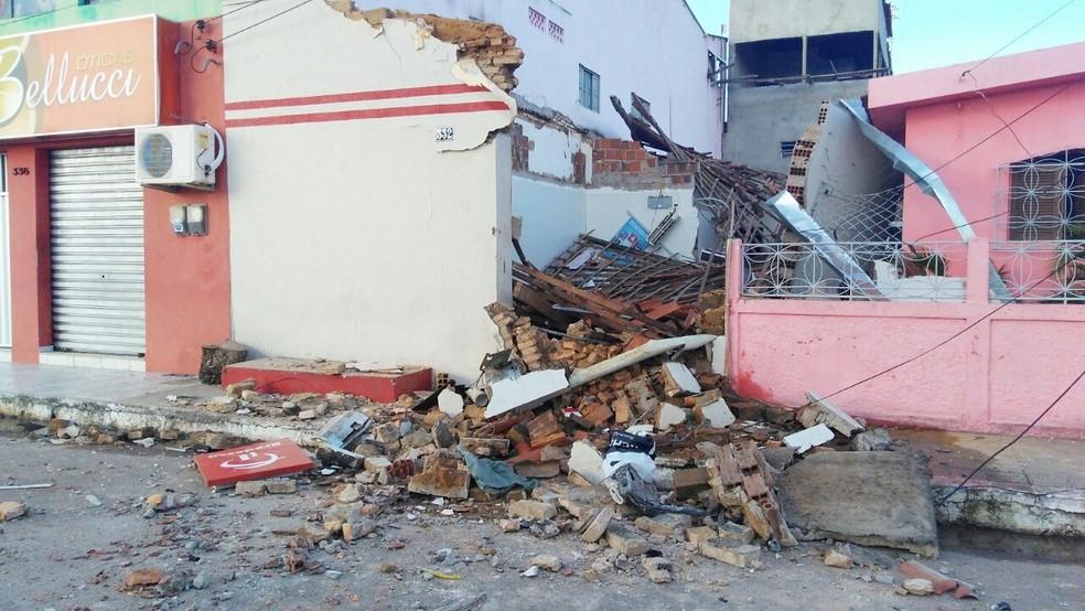 Teto da agência do Bradesco desabou com a força da explosão (Foto: Marksuel Figueredo/Inter TV Cabugi)