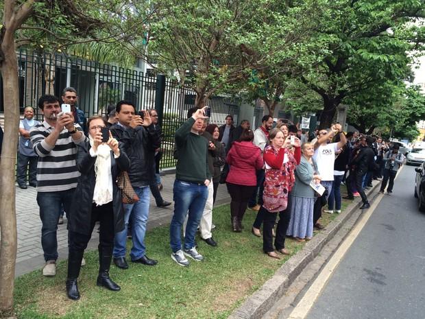 Curiosos pararam em frente à Justiça Federal para fotografar o boneco (Foto: Thais Kaniak/G1)