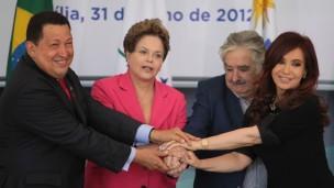 Chávez, Dilma, Mujica e Cristina em encontro em julho de 2002 (Foto: AP)