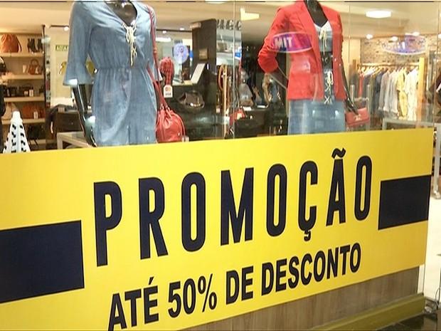 Lojas apostam em promoções para atrair clientes após queda nas vendas  (Foto: Reprodução/TV Anhanguera)