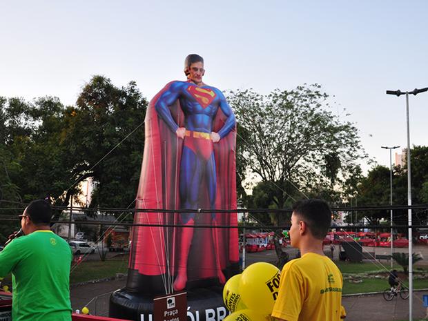Manifestantes colocaram boneco inflável do juiz federal Sérgio Moro vestido de Superman em Cuiabá (Foto: André Souza/G1)