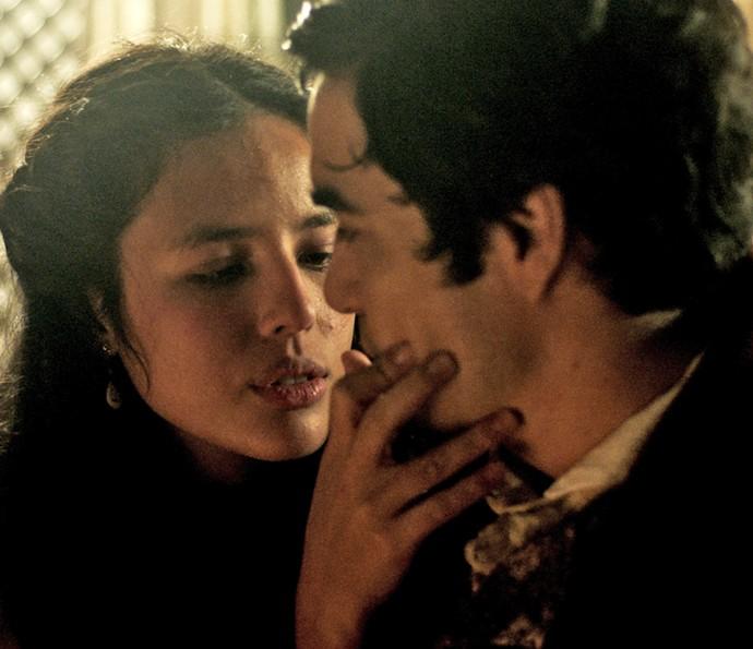 Mimi consola André e tenta seduzir o filho de Raposo (Foto: TV Globo)