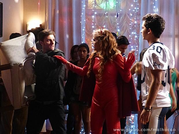 Martin e Ben quase saem no braço, mas Anita impede (Foto: Malhação / TV Globo)
