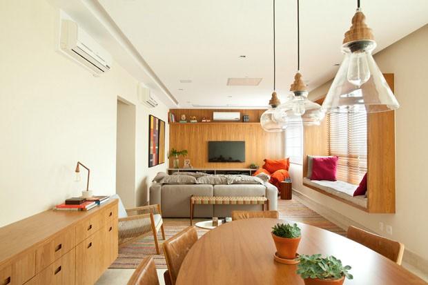 Móveis e elementos de madeira levam atmosfera rústica para área social (Foto: Adriana Barbosa/ divulgação)