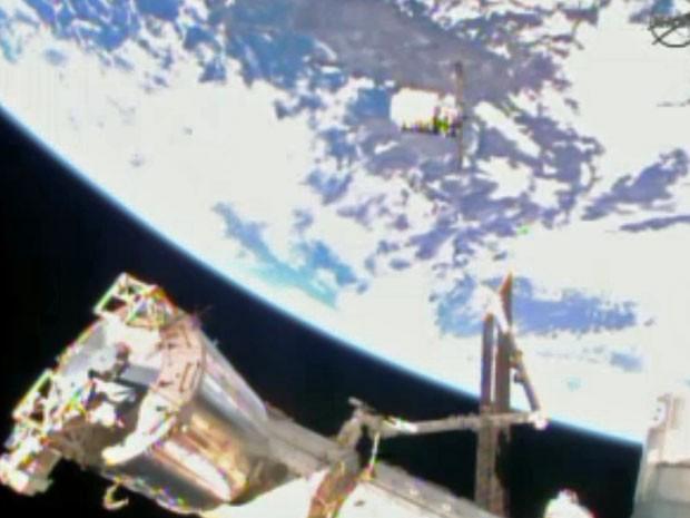Nesta imagem de vídeo fornecido pela NASA a nave de reabastecimento de Cygnus aproxima-se da estação espacial internacional (Foto: Nasa/ AP)