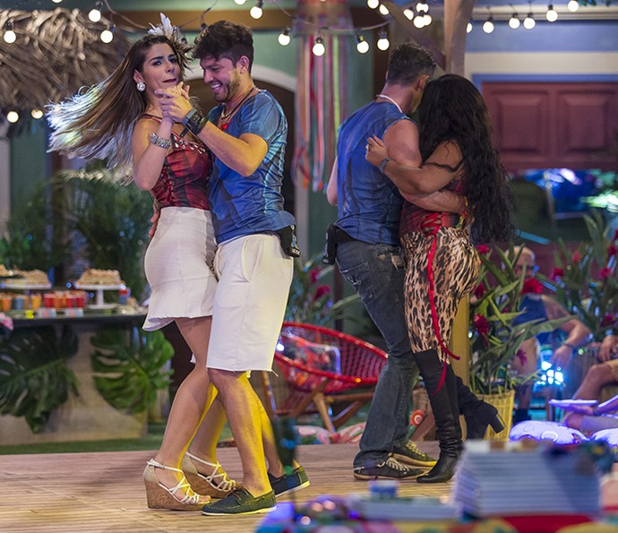 Vivian na pista com Luiz Felipe, enquanto Elis dança com Marcos (Foto: Artur Meninea/Gshow)