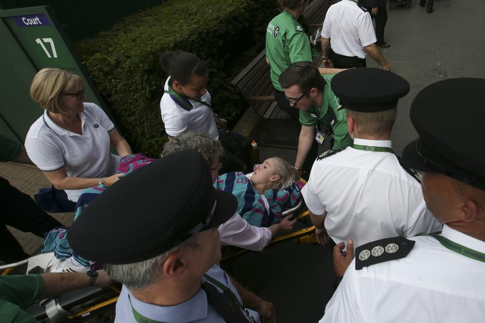 Bethanie Mattek-Sands é levada para o hospital após grave contusão em Wimbledon (Foto: Daniel LEAL-OLIVAS / AFP)