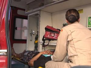 Feridos foram socorridos por uma equipe do Corpo de Bombeiros (Foto: Reprodução/TV Cabo Branco)