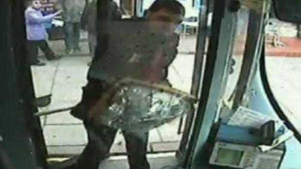 O homem arrancou o espelho do ônibus e o usou para continuar batendo na porta (Foto: Reprodução)