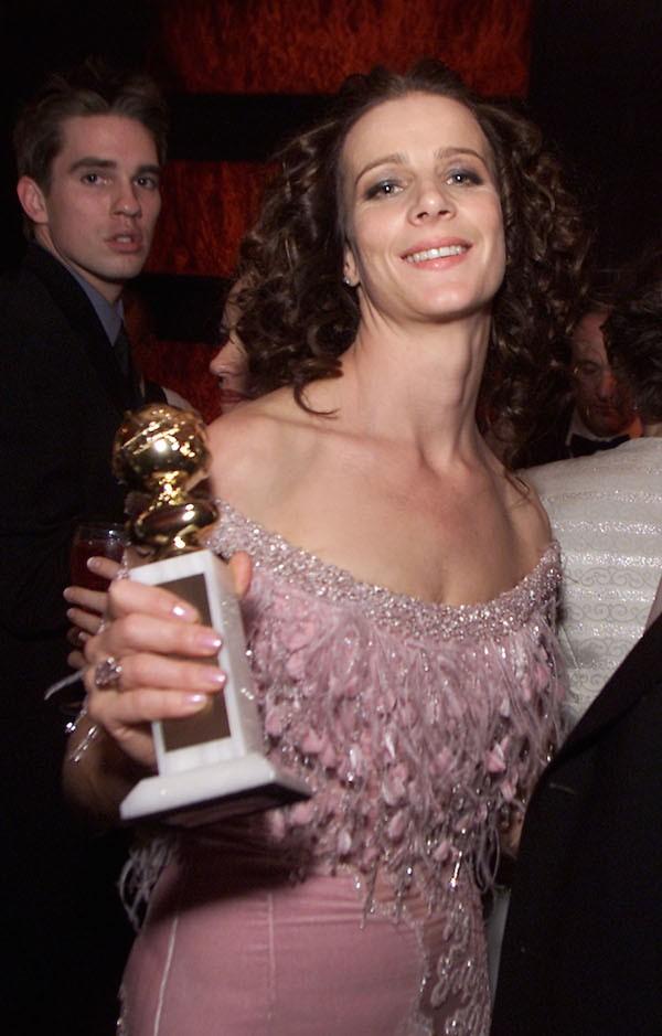 A atriz Rachel Griffiths com o Globo de Ouro vencido em 2002 e roubado de sua casa (Foto: Getty Images)