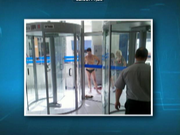 Mecânico ficou de cueca em agência bancária de Mogi das Cruzes em outubro de 2012, após travamento de porta giratória (Foto: Reprodução/TV Diário)