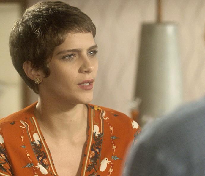 Letícia não esconde sua irritação diante dos pais (Foto: TV Globo)
