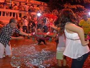 Devotos fazem o banho de São João em Corumbá (MS) (Foto: Reprodução/TV Morena)