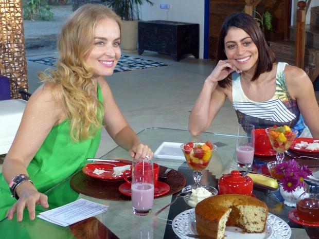 Angélica e Carol Castro batem papo durante o café da manhã (Foto: Estrelas/TV Globo)