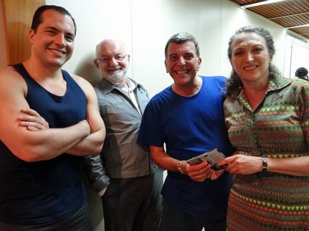 Silvio de Abreu posa ao lado do diretor Jorge Fernando e dos atores Daniel Boaventura e Debora Olivieri (Foto: Guerra dos Sexos/TV Globo)