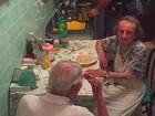 Policiais comovem Itália ao consolar casal solitário de idosos com macarronada