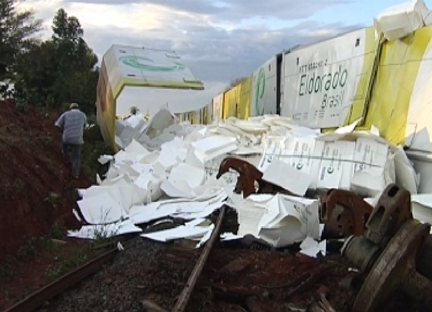Carga ficou espalhada pelos trilhos após descarrilamento (Foto: Reprodução / TV Tem)