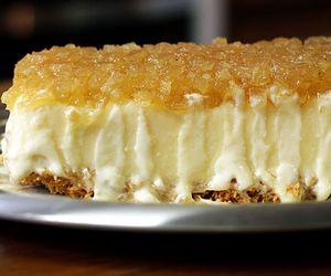 Torta de sorvete de coco com calda de abacaxi