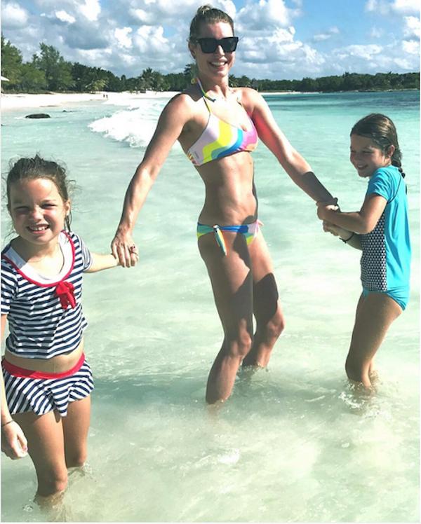 A atriz Rebecca Romijn com as filhas (Foto: Instagram)