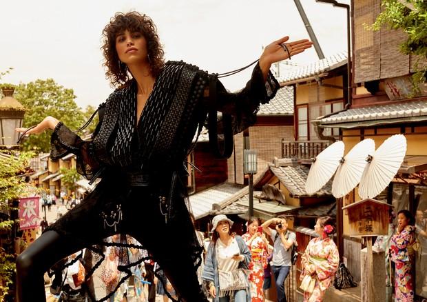 Mica Arganaraz nas imediações da Yasaka Pagoda, em Kyoto, com colete de couro trançado à mão, calça de couro e brincos de metal. Todos os looks são da coleção cruise 2018 da Louis Vuitton, que chega às lojas da grife em outubro (Foto: Rafael Pavarotti)