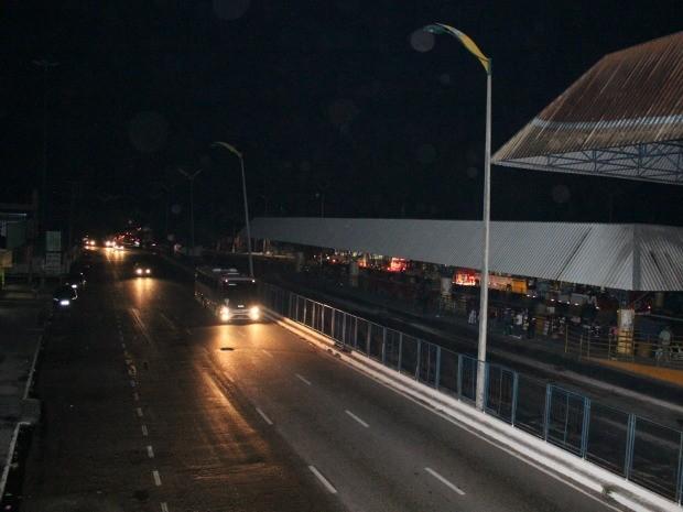 A iluminação nas ruas eram apenas dos veículos (Foto: Mônica Dias/G1)
