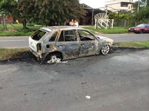 Carro do condutor do caminhão foi incendiado (Foto: Polícia Civil/Divulgação)