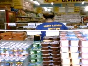 Iogurte fora da geladeira em comércio de Campinas (Foto: Reprodução/ EPTV)