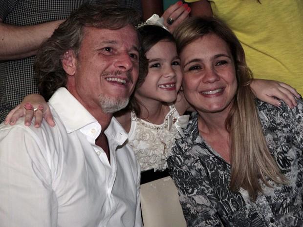 Marcello Novaes, Mel Maia e Adriana Esteves não tiraram o sorriso do rosto (Foto: Avenida Brasil/TV Globo)