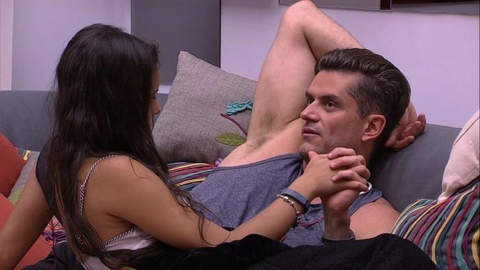 Emilly e Marcos de chamego (Foto: TV Globo)