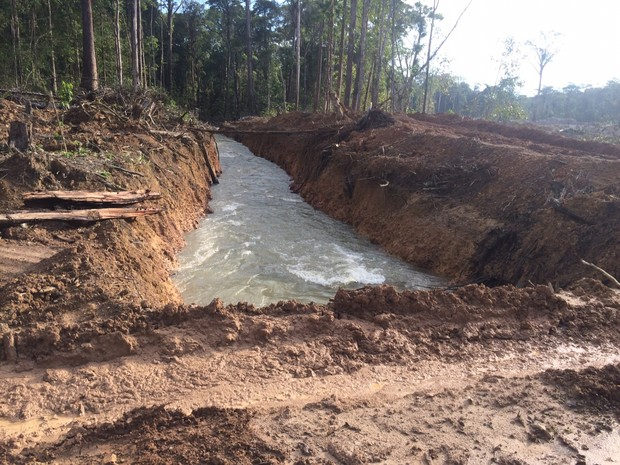 Parte do curso do rio Falsino foi desviado para atividade garimpeira (Foto: Dicom/Batalhão Ambiental)