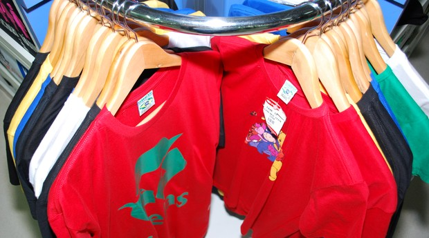 A franquia vende camisetas com mensagens engraçadas e referências culturais  diversas (Foto  Divulgação) 877ebaea7bd