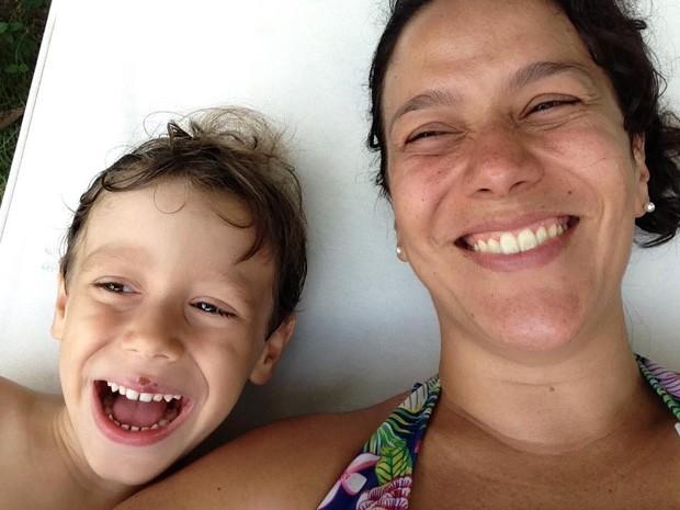 A jornalista Mariana Claudino com Mateus, ou melhor, Teteu, que sofre de alergia à proteína do leite. (Foto: Mariana Claudino/ Arquivo pessoal)