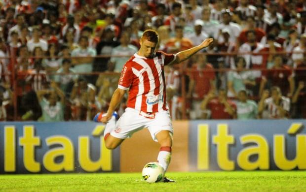 Souza, volante do Náutico  (Foto: Aldo Carneiro/Pernambuco Press)