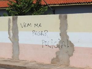 Suspeito de terrorismo teria pichado muro de escola municipal (Foto: Catarina Costa/G1)