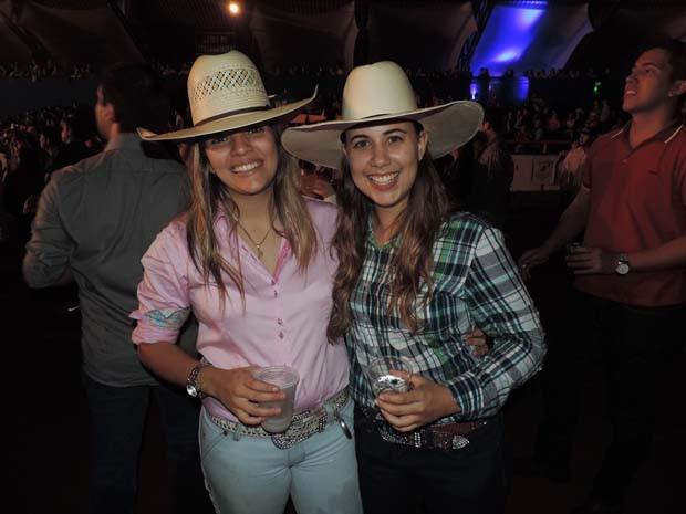 Beatriz Andrade (direita) passou a utilizar a moda country após as  competições de prova fe304138b7c