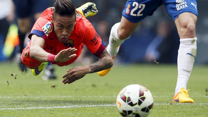 Neymar voa gramado Espanyol x Barcelona (Foto: REUTERS/Albert Gea)