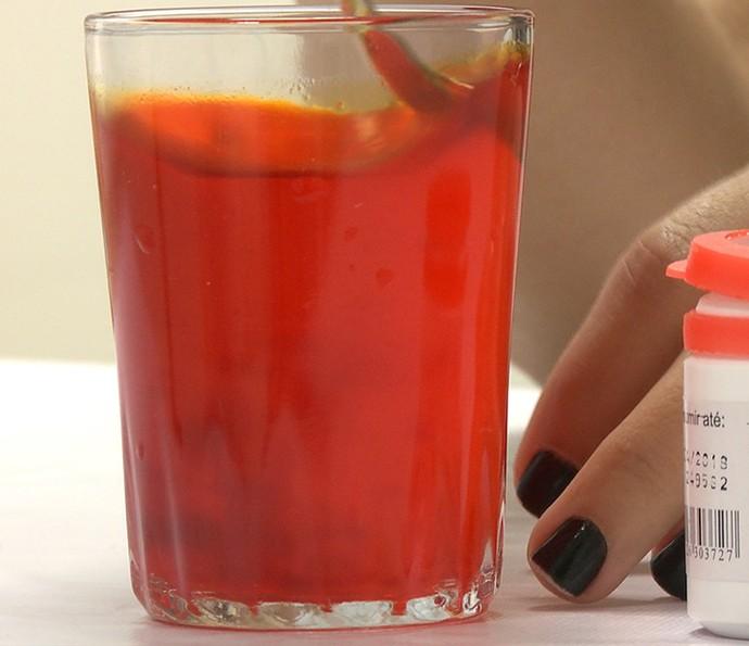 Tinta Holi: misture o corante na água. Quanto mais, melhor (Foto: Gshow)