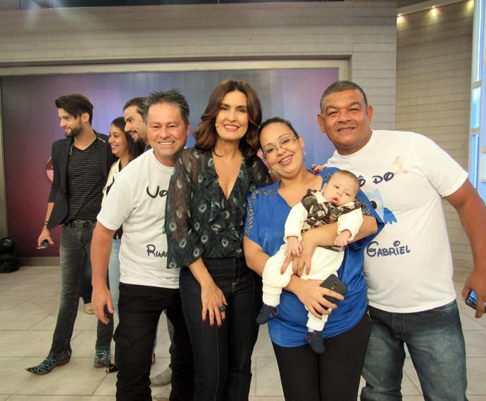 Ao lado de convidados, Fátima tira foto nos bastidores do 'Encontro' (Foto: Viviane Figueiredo Neto/Gshow)