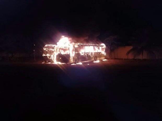 Ônibus incendiados em Natal (Foto: Reprodução/Facebook)