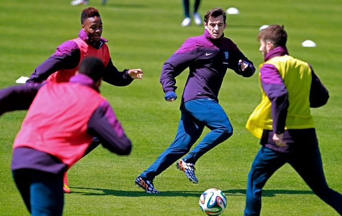 Sterling e Baines Inglaterra treino casaco (Foto: AP)