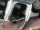 Motorista perde controle de carro, capota e bate em hotel na Barra