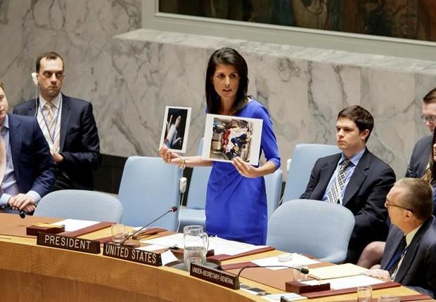 A embaixadora dos Estados Unidos nas Nações Unidas, Nikki Haley, mostra fotos tiradas após o ataque químico na cidade rebelde de Khan Sheikhun, na Síria (Foto: JUSTIN LANE/EFE)